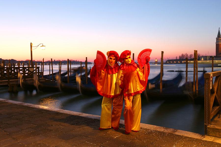 """AMESCADA Foto-Erlebnisreisen Reisen mit den Fotografen Michael Maier zu dem berühmtesten und prachtvollsten Karneval in Europa. Erleben Sie die venezianischen Masken an atemberaubenden Kulissen. Venezianer zeigen sich in kunstvollen Masken und prächtigen, gestalteten Kostümen an unübertreffliche Kulisse in ganz Venedig. Der Fotograf Michael Maier begleitet Sie durch das bunte, märchenhafte Maskentreiben in der Lagunenstadt und zeigt ihnen neue Tricks wie Sie zu den fantastischen Aufnahmen kommen. Er führt Sie an die fotografischen Situationen heran und zeigt Ihnen wie Sie zu diesen unglaublichen Bildern kommen. Genießen Sie die Atmosphäre und schöpfen Sie aus den vielfältigen Fotomotiven. Der Spaß, die Menschen und das prickelnde Leben stehen im Vordergrund. Tag 1: Sie fliegen direkt von Frankfurt/M. nach Venedig und können schon die ersten Eindrücke bei der Fahrt zum Hotel im Wassertaxi sammeln. Wir wohnen in einem kleinen ruhigen Hotel direkt im Zentrum Venedigs – nur wenige Gehminuten vom Markusplatz entfernt. Das Hotel bietet einen sensationellen Ausgangspunkt für die Fotostreifzüge durch das bunte Treiben der Stadt. Nach der Ankunft im Hotel gehen Sie zusammen mit dem Fotografen auf eine kleine Erkundungstour - unter fotografischen Gesichtspunkten – durch die Stadt. Die Straßenfotografie wird das beherrschende Thema sein. Zum Sonnenuntergang hin und auch danach bei der Nachtfotografie offenbart Venedig in den entlegenen Gassen und Kanälen seinen unverwechselbaren Reiz. Gelegenheit zum gemeinsamen Abendessen (Selbstzahler) ist gegeben. Tag 2: Nach dem Frühstück im Hotel tauchen Sie erneut in das Maskentreiben der Stadt. Sie setzen die einmalige Atmosphäre zwischen Markusplatz und Campanile ins Bild. Ziel bei diesem Workshop ist nicht nur das Erlernen spezieller fotografischer Fertigkeiten, sondern Sie fotografisch zu Ihrer ganz persönlichen """"best of pictures"""" des Karnevals in Venedig zu führen. Viele Fotografen legen Wert a"""